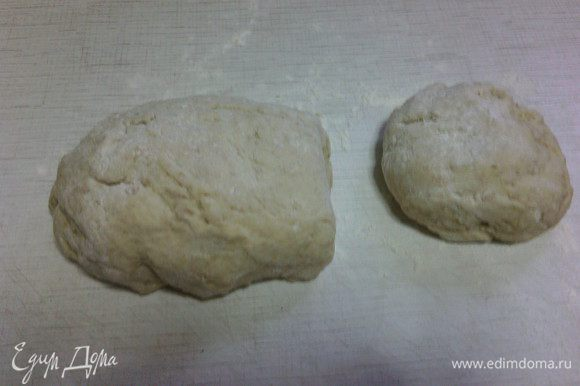 После расстойки выложите тесто на рабочую поверхность, отрежьте от теста примерно треть и добавьте в нее какао. Тщательно вымесить.