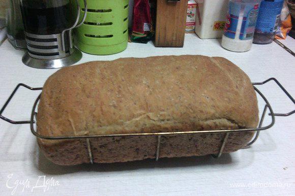 Поставьте форму в духовку, предварительно разогретую до 185°С, и выпекайте 35-40 мин.(в зависимости от духовки). Мой хлебушек запекался 40 минут... :) Дать остыть на решетке.