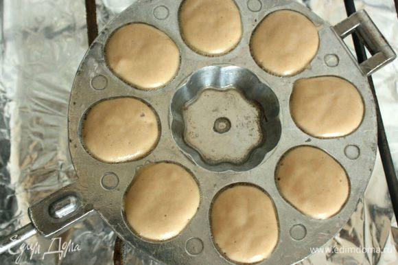Когда оно начнёт шипеть, добавьте по 1 ч.л. теста. Тесто быстро увеличивается в объёме и должно заполнить углубление полностью.
