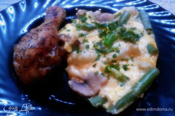 Готовый омлет-фриттату остудить и порционным кусочком выложить на тарелку. Я дополнила куриной ножкой, запеченной в духовке. Приятного ))))))