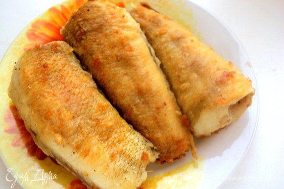 Рыбу для этого пирога можно брать по своему вкусу, только желательную не костистую, а еще лучше филе. У меня нототения. Рыбу почистить, помыть, посыпать специями для рыбы и посолить. Затем панировать рыбу в муке и поджарить на растительном масле с двух сторон. Рыбу охладить, удалить косточки и разобрать на филе.