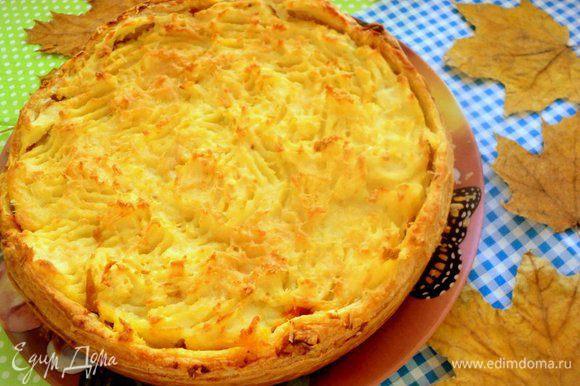 Готовый пирог выложить на блюдо. Подавать можно горячим, но и в холодном виде тоже вкусно.