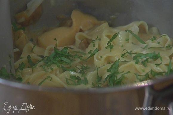 В кастрюлю с макаронами добавить грибной соус, сыр, петрушку и все перемешать.