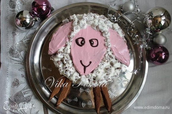 Наша новогодняя овечка готова!! Можно смело отправлять ее в холод дожидаться финала новогодней вечеринки, а заодно и пропитываться. А ребятню благодарим за помощь, угощая остатками бисквита и крема))). Конечно тортик можно дополнить орешками, ягодами, сухофруктами, либо другими наполнителями на ваш вкус!! Добавьте немного вашей фантазии и символ наступающего года непременно с радостью поприветствует вас в эту волшебную ночь.