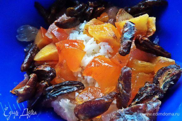 Хурму нарезать. Соединить с рисом все фрукты и сухофрукты.