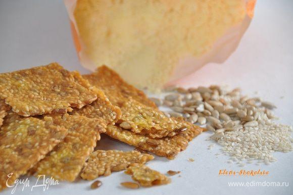 Накройте тесто бумагой для выпечки и поставьте выпекать в духовку примерно на 1 час. Проверяйте по своей духовке. Лепешка должна быть полностью сухой. Дать остыть хлебцам, разломить по бороздкам и можно угощаться!