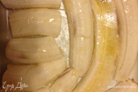 Духовку нагреть до 220* Форму смазать сливочным маслом. Бананы порезать вдоль, выложить на дно формы, сбрызнуть соком лимона. У меня были очень большие бананы, поэтому хватило 2 штук.