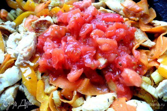 Добавить в сковороду и держать на огне до выпаривания сока. Можно использовать также консервированные томаты.