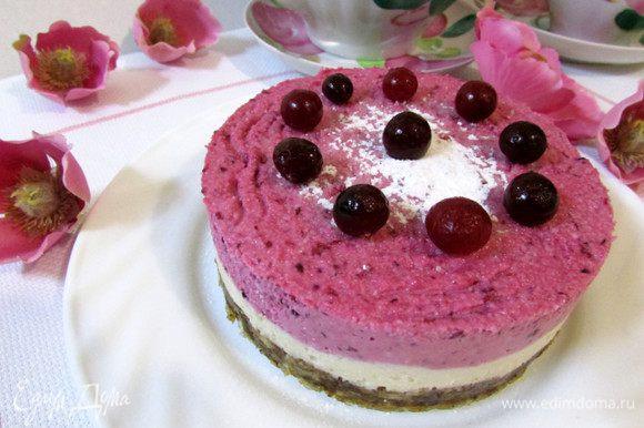За час до подачи десерта, переставьте тортик из морозилки в холодильник. Приятного аппетита!