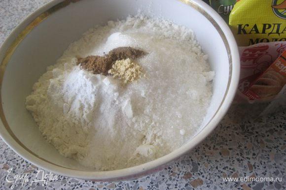 В миске смешать муку, сахар, соль и специи. * Муки понадобится - 1 + 1/4 стакана ( стакан - 250 мл).