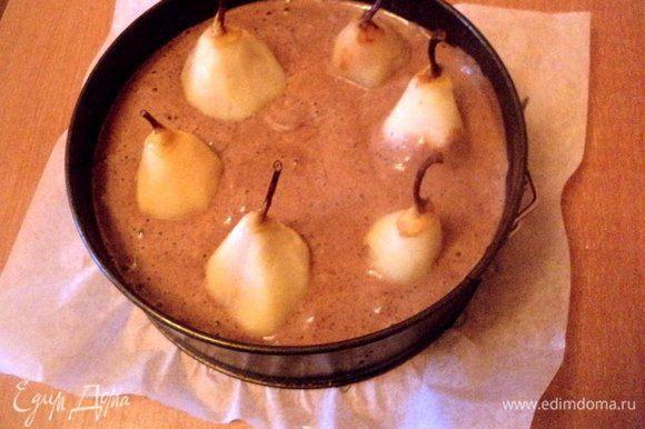 Муку смешать с какао и разрыхлителем. ¼ стакана уваренного сиропа смешать с растительным маслом и цедрой апельсина. В несколько приемов всыпать в яичную массу мучную смесь и жидкую смесь, перемешать до однородности. Дно формы Ф-20 см застелить бумагой для выпечки, смазать маслом. Вылить в форму тесто и погрузить в тесто груши.