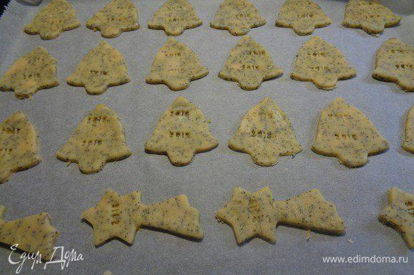 Духовку прогреваем. Затем ставим печенье, готовим при 180° С около восьми минут так, чтобы оно слегка подрумянилось. Далее печенье достаем из духовки, даем остыть ему на решетке.