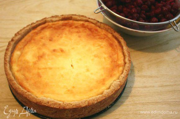 Выпекать около 1 часа, затем выключить огонь и оставить в приоткрытой духовке на 15 минут. Пирог вынуть из духовки и полностью остудить. Вишню выложить в сито, собрать сок. Пирог вынуть из формы и поместить на блюдо.