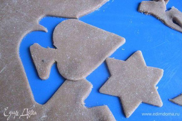 Вырезать печенье с помощью формочек.