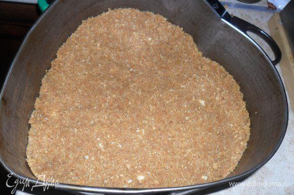 Соединить масло с печеньем и выложить в форму, у меня диаметр 18 см.
