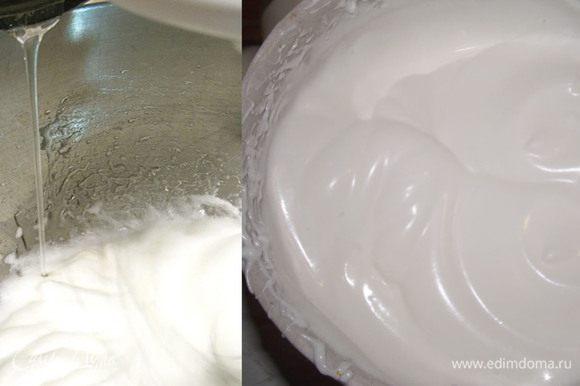 Желатиновую массу отправляем на плиту, когда масса станет жидкой, добавить 100 гр сахара и довести до полного растворения сахара, но не кипятить! Белки взбиваем в крепкую пену постепенно добавляя остальную часть сахара. Затем тоненькой струйкой вливаем теплую желатиновую массу и ванильную эссенцию и не прекращая взбиваем на больших оборотах миксера.