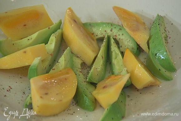 Хурму очистить от кожуры, нарезать дольками, выложить на тарелку с авокадо и сбрызнуть оставшимся соком лайма.