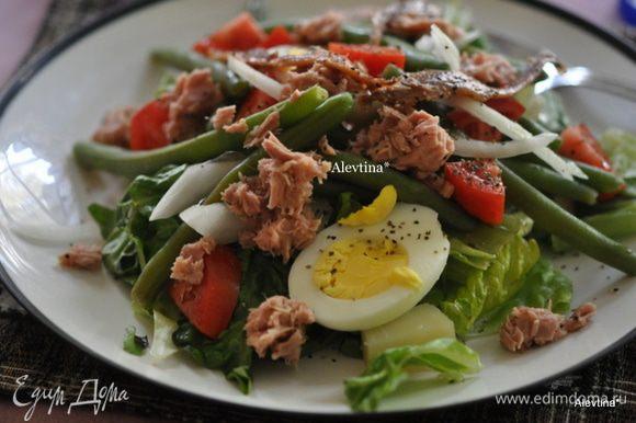 Выкладываем на тарелки листья ромэн, яйца, картофель, лук, помидоры, тунец и анчоусы. Поливаем майонезом. Приятного аппетита.