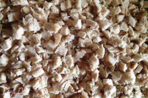 Куриное филе отварить в подсоленной воде 20 мин., остудить и нарезать мелкими кубиками.