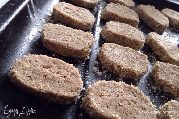 Затем достать заготовку из морозилки, нарезать кружочки толщиной 1-1.5 см. Разложить печенье на противень, застеленный бумагой для выпечки. Выпекать при температуре 180 градусов 15-20 минут!