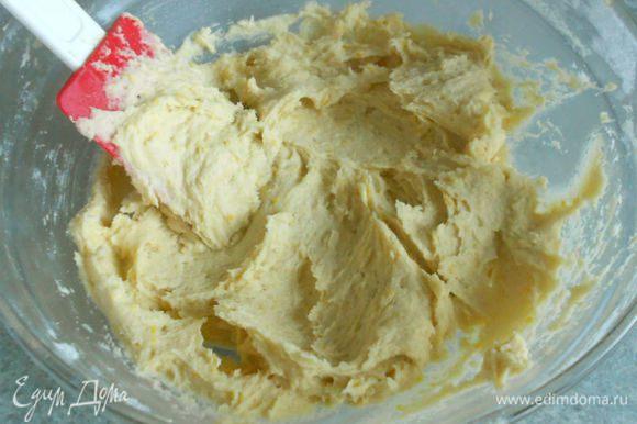 Туда же просеять муку и влить молоко, хорошо перемешать до однородности. Если тесто кажется густым, можно добавить ещё 1-2 ст.л. молока, но не больше.