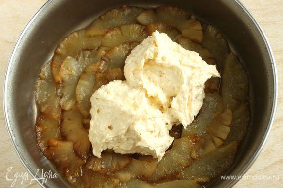 Ложкой выложить тесто поверх ананаса.