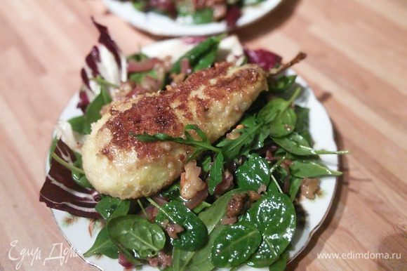 Выложить салатные листья на тарелку (я подавала порционно), на салат нашу звёздочку - грушу.