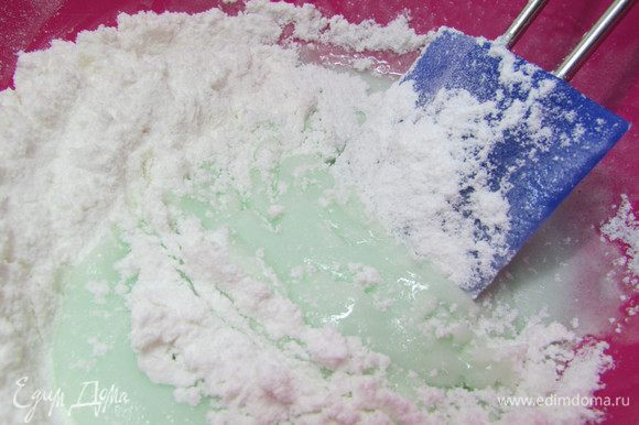 Постепенно добавляйте сахарную пудру, вымешивая, до образования очень плотной массы. Если необходимо, добавьте еще немного пудры.