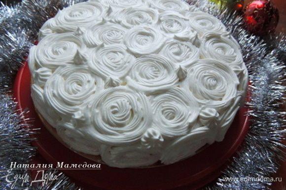 """Теперь с помощью кондитерского мешка и насадки """"звездочка"""" украсить торт """"снежными"""" завитками. Такой узор смотрится очень нарядно и празднично."""