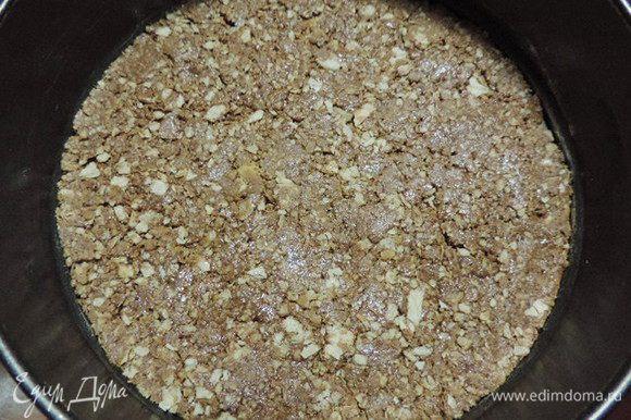 Для приготовления кранча можно взять воздушный рис (22г). Его я заменила вафельной крошкой. Причем советую для крошки взять вафельные трубочки или конусы, у них структура плотнее и вафли дольше останутся хрустящими. Смешиваем вафельную крошку, пралине и растопленный молочный шоколад. перемешиваем до однородности. Плотно утрамбовываем в форму 23 см, дно предварительно выстилаем пергаментом и убираем на холод, чтобы шоколад затвердел.