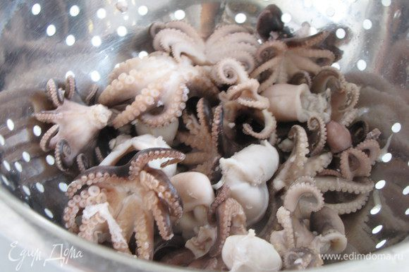 Осьминогов разморозить и отварить в подсоленной воде. Мини-осьминоги варятся очень быстро, достаточно 2-3 минуты с момента закипания. Если у вас крупные осьминог, то время следует увеличить.