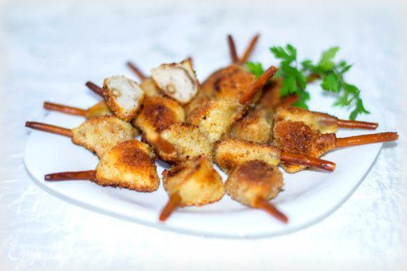 Обжаривать на предварительно прогретой сковороде в растительном масле (я жарила под крышкой) на слабом огне до золотистой корочки.