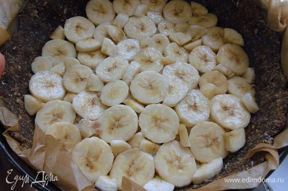 Сверху опять сделать слой бананов, но уже без клюквы. Тут я уже закрыла ими всю поверхность, чтобы не было дырочек.