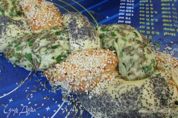 Смазать смесью косичку. Тесто с зеленью присыпать тмином, с красным перцем – кунжутом, а тесто без добавок – маком.