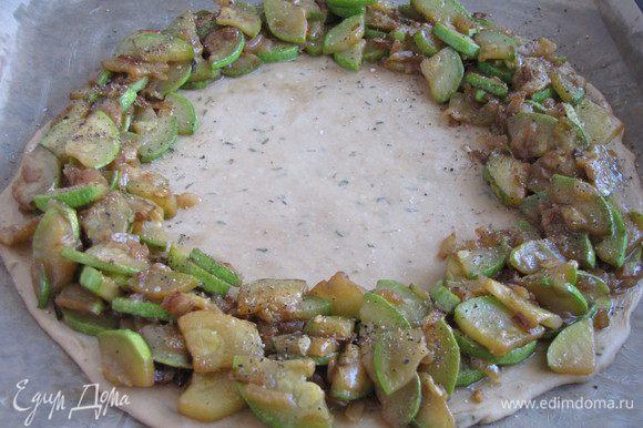По краю круга распределить начинку из кабачков.