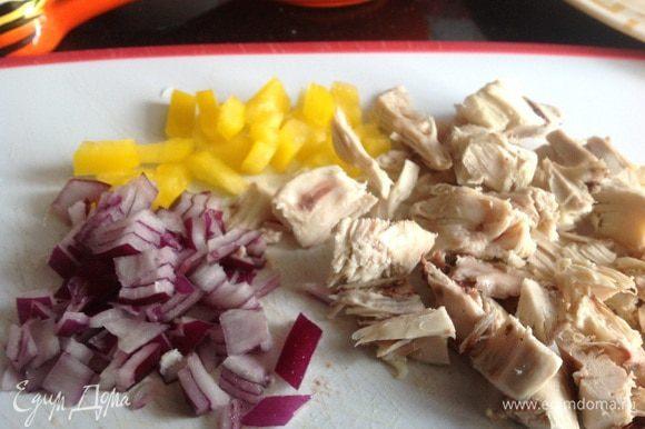 Духовку разогрейте до 180 градусов. Мелко порежьте лук, болгарский перец и остатки курицы.