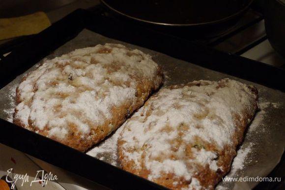 В это время растапливаем 45 г сливочного масла; тщательно смазываем кисточкой штоллены со всех сторон, кроме донышка, обильно посыпаем сахарной пудрой