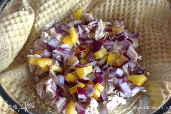 Форму для запекания смажьте маслом и выложите в нее овощи и курицу.