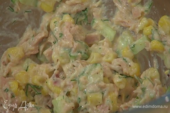 Тунца размять в глубокой посуде, добавить кукурузу, кусочки огурца, измельченный укроп, молотый чили, 2 ст. ложки майонеза, все посолить и перемешать.