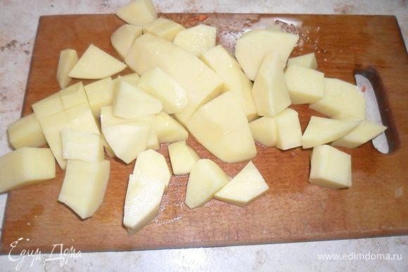 Заливаем водой (3,5 л) и доводим до кипения. Добавляем нарезанный картофель.