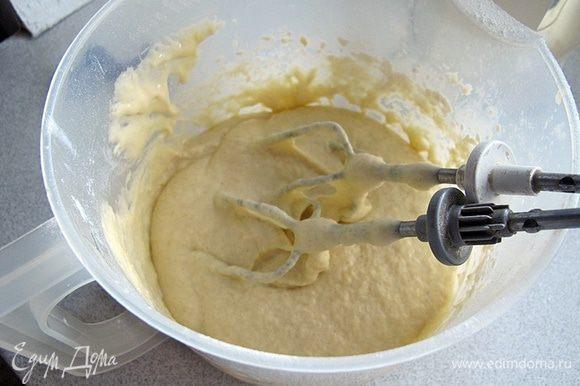 Поставить духовку на разогрев при 180 градусах. Мягкое масло взбить с сахарным песком до пушистого состояния. Продолжая взбивать ввести яйца и молоко.