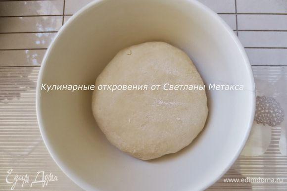 Сливочное масло растопить, остудить. Далее добавляем в опару все составляющие для теста: масло, яйцо, постепенно просеянную муку с солью. Замешиваем мягкое тесто.