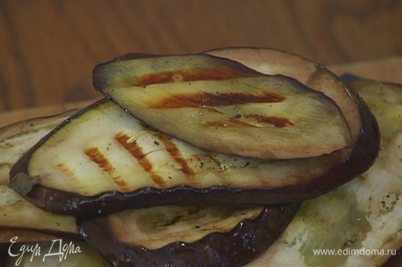 Разогреть сковороду-гриль и обжарить баклажаны с обеих сторон.