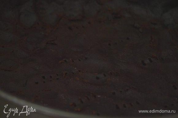 Часто наколоть корж вилкой и отправить в морозилку на 15–20 минут.