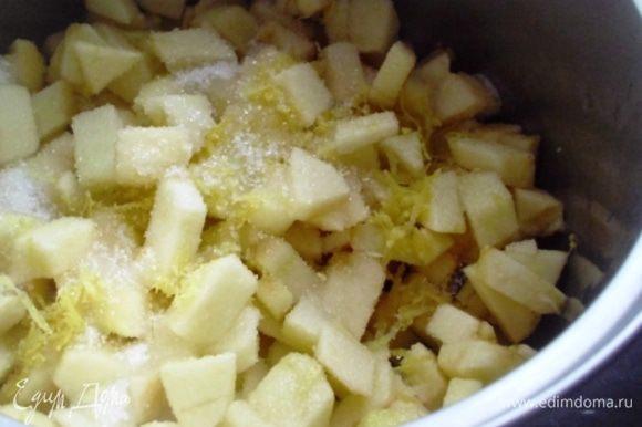 Поместить всё в кастрюлю и добавить сахар. Довести до кипения и тушить, помешивая, на маленьком огне 10 минут.