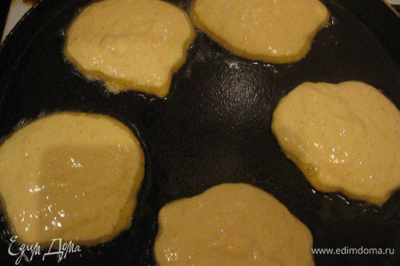 Сформировать оладьи и жарить на сковороде с двух сторон.