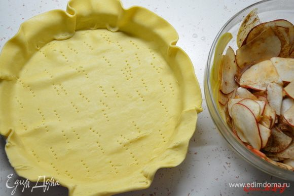 Из продуктов для теста приготовить песочное тесто. Размягченное сливочное масло взбить с пудрой, добавить яйцо, соль, муку. Замесить мягкое не липкой тесто. Поставить в холодильник на 30 минут. Духовку разогреть 180 градусов. Тесто тонко раскатать, выложить в форму, смазанную маслом. Поколоть вилкой. На дно выложить пергамент с горохом или фасолью, чтобы тесто пропеклось ровно и не поднялось. Поставить в духовку на 10-15 минут до светло золотистого цвета.