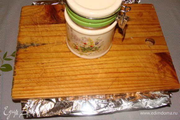 """С утра достаем торт из холодильника, кладем плоский предмет на всю ширину торта и ставим груз, чтобы коржи склеились. Ждем 1-2 часа. Вынимаем торт из формы, смазываем верхний корж оставшимся кремом. Далее можно посыпать бока торта и верх измельченными обрезками или орехами. Или приготовим из оставшихся белков пышный крем """"Мокрое безе""""."""