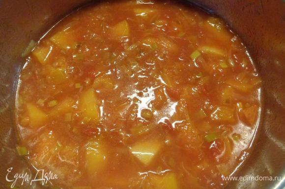 Залить кипящим бульоном, посолить, поперчить. Добавить перец чили, лавровый лист, мускатный орех и паприку. После закипания уменьшить огонь и дать покипеть в течение 10-15 минут.