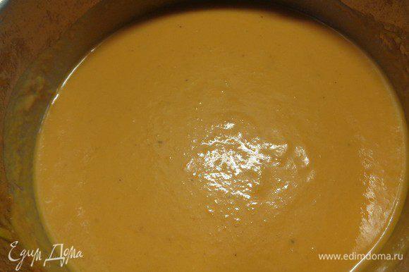 Добавить сливки и поставить суп на огонь опять.